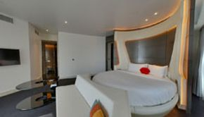 Round bed v suite-Bedroom
