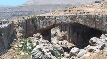 Rappel the natural bridge of Kfardebian