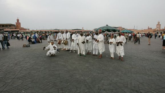 Découvrir Morocco Men Dressed in White Traditional Costume Performing on the Streets of the Jemaa elFnaa Square