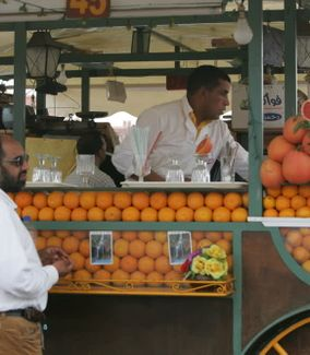 Découvrir Morocco Orange and Grapefruit Juice for Sale at a Kiosk in Jemaa elFnaa