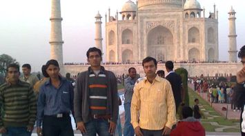 Discover Agra Me with my friends at Tajmahal